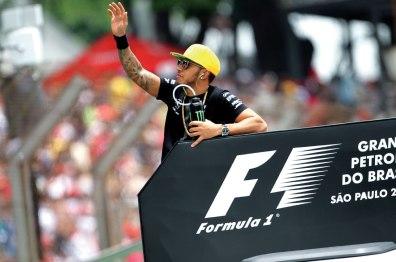 Lewis Hamilton se comportou mal no sábado ao faltar na foto oficial da classificação. No domingo procurou amenizar a relação com a torcida