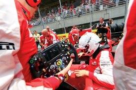 Brilhante na temporada 2015, o tetra campeão Sebastian Vettel deixa o cockpit da sua Ferrari no grid de Interlagos