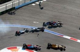 Na largada em Sochi na Rússia, Ryo Haryanto decola depois do acidente entre Esteban Gutierrez e Nico Hulkenberg Jad Sherif/WRi2